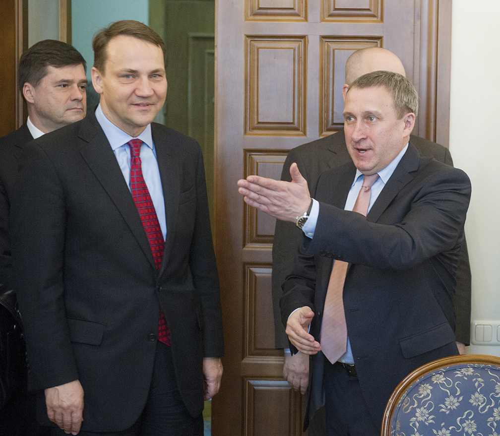 Acting Ukrainian Foreign Affairs Mnister Andrii Deshchytsia, right, welcomes Polish Foreign Affairs Mnister Radosław Sikorski to Kiev in March 2014. [AFP/GETTY IMAGES]