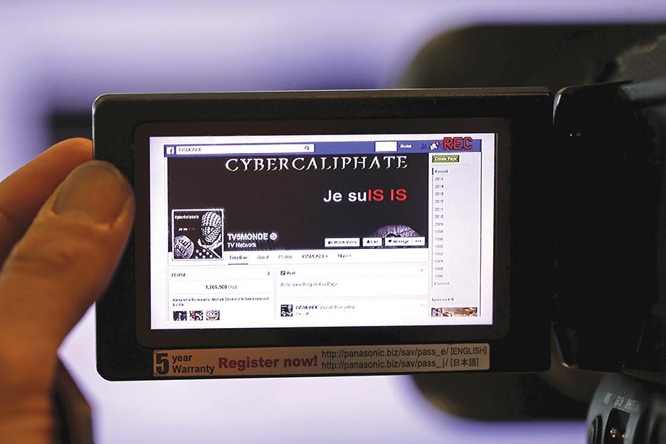 Париж, апрель 2015 г. Так выглядела взломанная страница Facebook французской телевизионной сети TV5Monde в видоискателе камеры. Сеть, ее 11 каналов и веб-сайты были атакованы сторонниками ИГИЛ. РЕЙТЕР