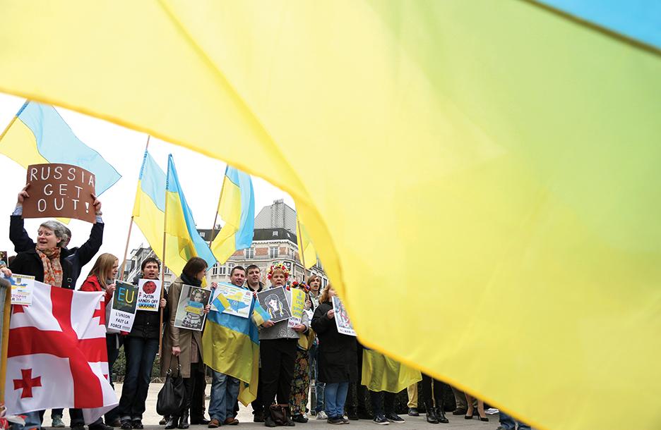 В ответ на вторжение России в Крым украинцы, живущие в Бельгии, проводят демонстрацию перед зданием, в котором проходит встреча министров иностранных дел Евросоюза. РЕЙТЕР