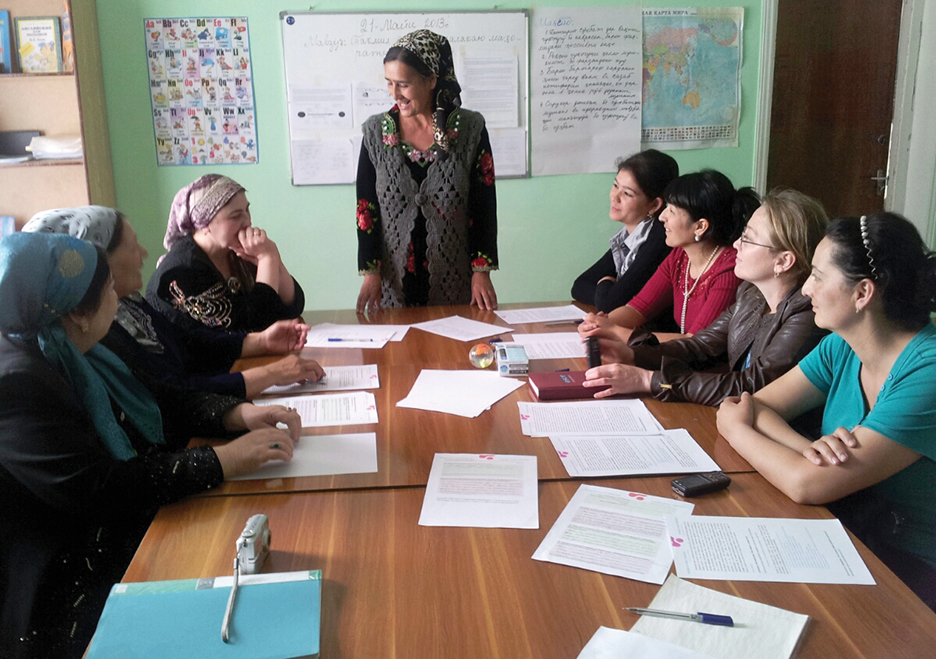 Tajik mothers discuss concerns regarding their children and violent extremism at the inception of the Mothers School in Khujand, Tajikistan, in 2011. Dr. ULRICH KROPIUNIGG